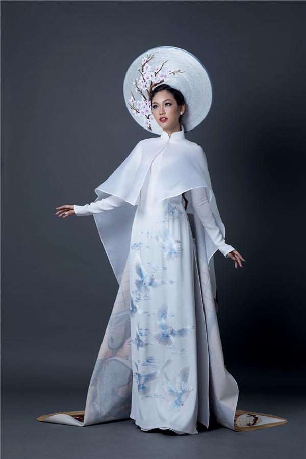 Phía trước của bộ trang phục là hình ảnh những chú chim bồ câu mang thông điệp hòa bình, hoài bão.