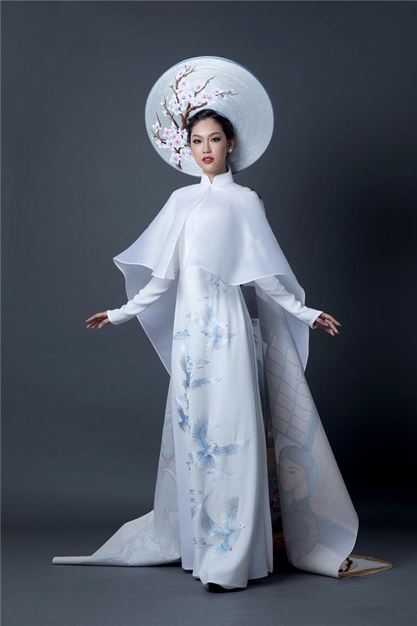 Áo choàng thể hiện sự sang trọng và quyền lực của người phụ nữ Việt Nam. Điểm nhấn quan trọng của thiết kế là áo choàng có hình người phụ nữ Nhật Bản trong trang phục kimono mời trà đạo người phụ nữ Việt Nam mặc áo dài, bên cạnh là đóa hoa sen - quốc hoa của Việt Nam và chiếc nón lá.