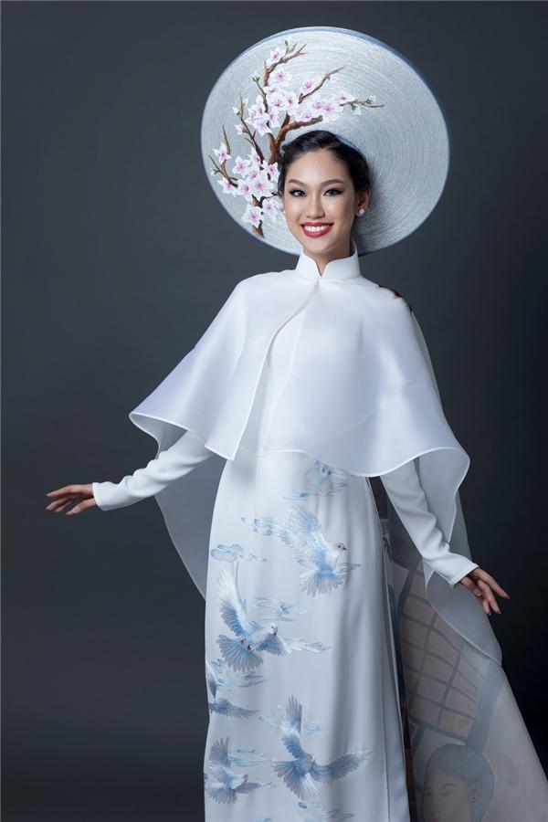 Bộ trang phục dân tộc của Phương Linh được nhà thiết kế Đinh Văn Thơ thực hiện, lấy sắc trắng làm chủ đạo. Thiết kế tôn lên sự tươi mới, trong sáng của một cô gái trẻ tràn đầy năng lượng nhưng vẫn toát lên được uy quyền, quý phái của phụ nữ Việt.