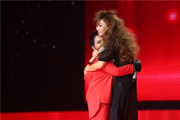 Phương Thanh cũng dành cho cậu bé cái ôm đầy ngưỡng mộ khi kết thúc phần trình diễn sôi đông, máu lửa trên sân khấu. - Tin sao Viet - Tin tuc sao Viet - Scandal sao Viet - Tin tuc cua Sao - Tin cua Sao