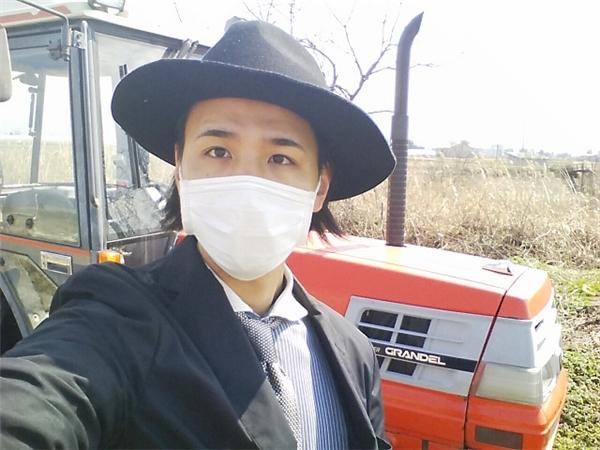 Diện vest ra đồng: Đây chính là anh nông dân bảnh bao nhất quả đất