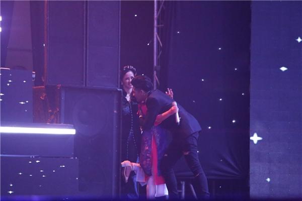 Trước khi vào phần biểu diễn, Noo Phước Thịnh đã chạy nhanh vào cánh gà để chào hỏi đàn chị cũng như ôm động viên Mai Anh. - Tin sao Viet - Tin tuc sao Viet - Scandal sao Viet - Tin tuc cua Sao - Tin cua Sao