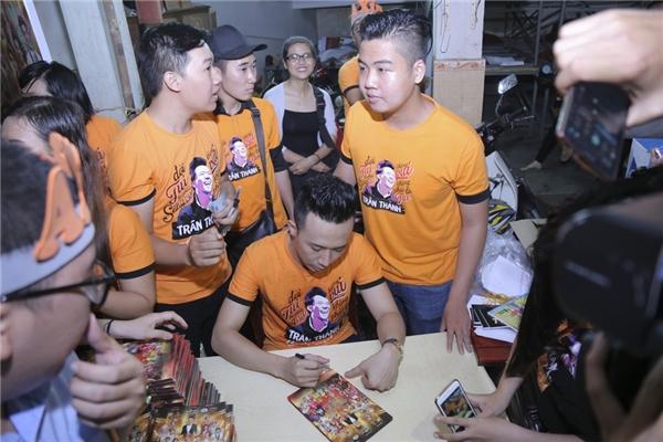 Theo như dự kiến, DVD liveshow Bình tĩnh sống sẽ được chính thức phát hành vào 9gsáng ngày 25/10. Các khán giả tham dự buổi họp fans là những người đầu tiên cầm trên tay đĩa DVD này kèm theo chữ kícủa Trấn Thành. - Tin sao Viet - Tin tuc sao Viet - Scandal sao Viet - Tin tuc cua Sao - Tin cua Sao