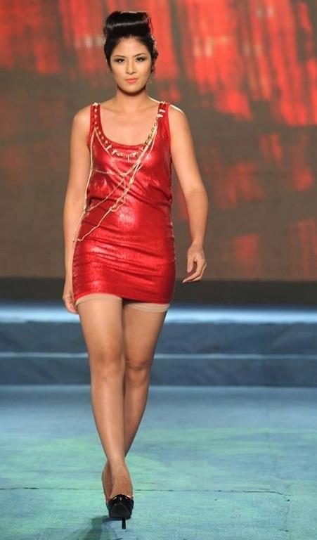 Bức ảnh này được chụp vào khoảng thời gian tăng cân quá đà của Hoa hậu Việt Nam 2010 Ngọc Hân. Từ phần thắt eo trở xuống của người đẹp Hà thành khiến khán giả ngỡ ngàng.