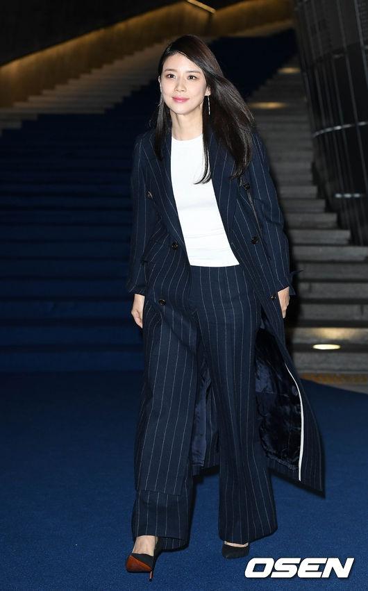 """""""Gái một con"""" Lee Bo Young tự tin khoe vẻ đẹp quý phái ở tuổi 37"""