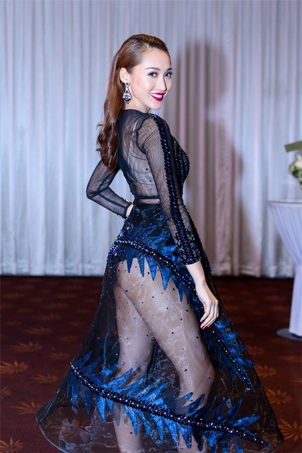 Trước đó, bộ váy này từng được Mai Ngô và Khánh Ngọc The Face Vietnam 2016 chọn diện tham gia 2 sự kiện của V-biz. Nếu như Khánh Ngọc ấn tượng với son đỏ, tóc xoăn thì Mai Ngô lại ngọt ngào với tông trang điểm, làm tóc cổ điển.