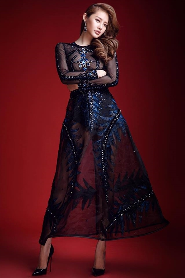 Người đầu tiên diện bộ váy xuyên thấu của Đỗ Long chính là nữ diễn viên, người mẫu Linh Chi.
