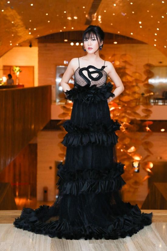 Trước đó, Văn Mai Hương cũng diện bộ váy này nhưng lại lọt vào nhóm mặc xấu vì thân người tròn trịa, cách trang điểm làm tóc hơi dừ so với tuổi thật.
