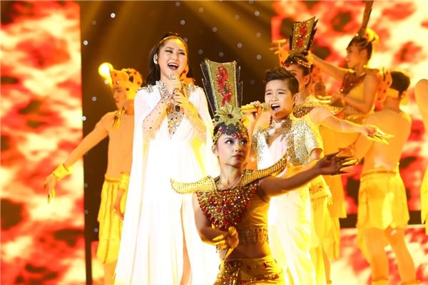 Sự xuất hiện của Hương Tràm trong tiết mục Phật bà nghìn mắt nghìn taycùng học trò Đông Nhi - Ông Cao Thắng trở thành tiết mục thu hút cả phần nhìn và nghe. - Tin sao Viet - Tin tuc sao Viet - Scandal sao Viet - Tin tuc cua Sao - Tin cua Sao