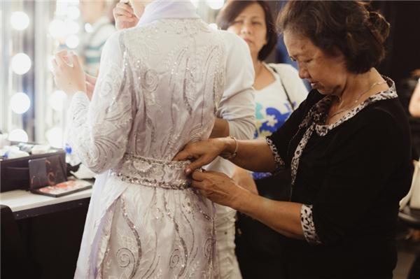 Từ chiếc áo dài, khăn đóng đến thắt lưng đều được Hoàng Oanh cẩn thận chuẩn bị cho phần trình diễn. - Tin sao Viet - Tin tuc sao Viet - Scandal sao Viet - Tin tuc cua Sao - Tin cua Sao