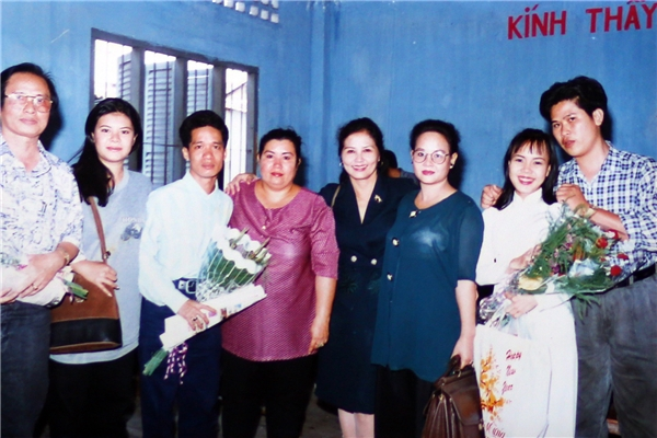 Nữ danh hài chụp cùng thầy cô và các bạn học cùng lớp tại trường Sân khấu điện ảnh. - Tin sao Viet - Tin tuc sao Viet - Scandal sao Viet - Tin tuc cua Sao - Tin cua Sao