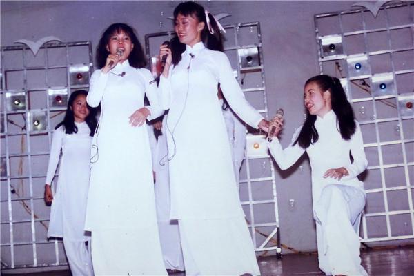 Việt Hương đứng trên sân khấu cùng diễn viên Kim Huyền và diễn viên Ngọc Trinh. Đó là thời điểm cả bacùng tham gia chung một chương trình ca nhạc. - Tin sao Viet - Tin tuc sao Viet - Scandal sao Viet - Tin tuc cua Sao - Tin cua Sao