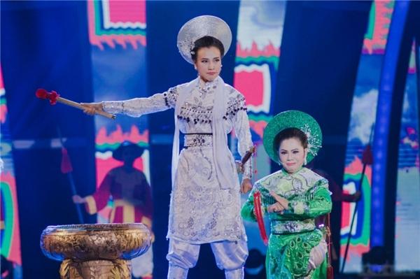 Bên cạnh đó, dù lần đầu hát cải lương,Hoàng Oanh khiến khán giả bất ngờ vì giọng ca ngọt mà vẫn đầy nội lực. - Tin sao Viet - Tin tuc sao Viet - Scandal sao Viet - Tin tuc cua Sao - Tin cua Sao