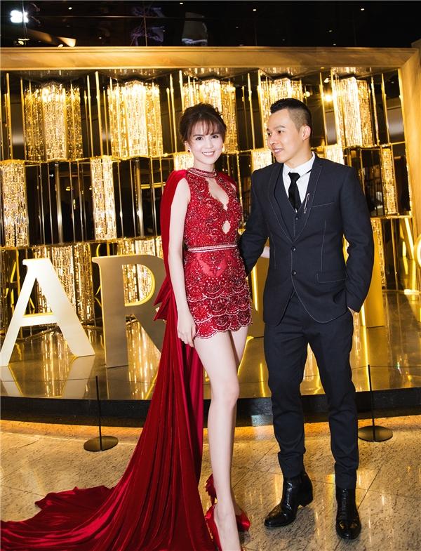 """Đồng hành với Ngọc Trinh trên thảm đỏ là """"ông trùm chân dài"""" Khắc Tiệp. Năm nay, Khắc Tiệp tiếp tục tham gia vào đêm chung kết Hoa hậu Hàn Quốc với vai trò giám khảo khách mời."""