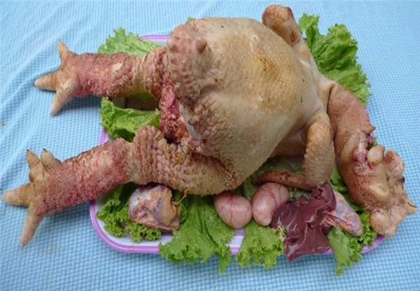 Gà Đông Tảocó mùi vị thơm ngon đặc biệt,thịt gà thơm ngon,thịt ức nhiều,bắp đùi gà bó cơ cuồn cuộn, không có gân, không dai.