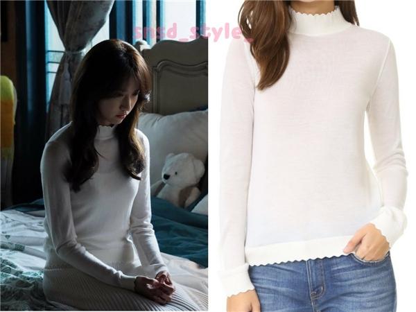 Với lợi thế sở hữu chiếc cổ dài, Yoona thường xuyên diện áo, váy cổ cao trong phim. Đơn cử là chiếc váy trắng trơn của Club Monaco có giá 160 đô la Mĩ (tương đương 3,6 triệu đồng).
