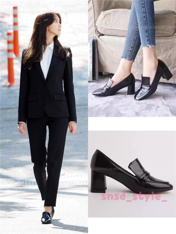 """Đôi giày được tiểu thư """"mượn"""" dùng tạm có kiểu dáng đơn giả, giá rẻ khoảng 39 nghìn won (tương đương 780 nghìn đồng) nhưng lại vô cùng hợp thời trang và tinh tế."""