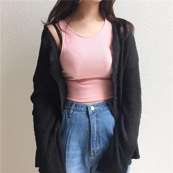 Áo cardigan kết hợp với crop top là lựa chọn vô cùng hoàn hảo.