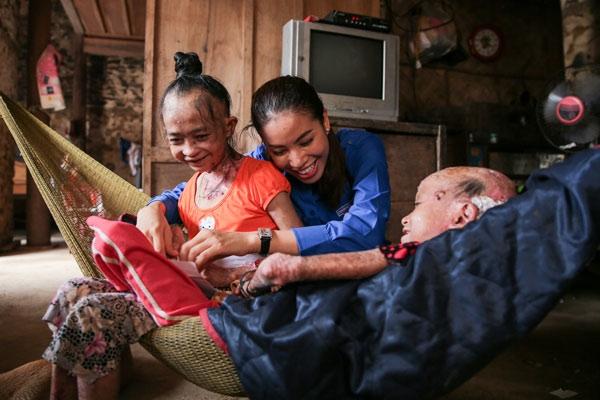 Khi sao Việt đội mưa, lấm lem bùn đất, một lòng vì bà con miền Trung - Tin sao Viet - Tin tuc sao Viet - Scandal sao Viet - Tin tuc cua Sao - Tin cua Sao