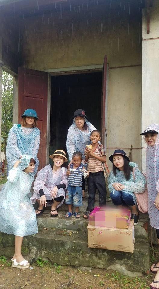 Dường như những quản ngại về thời tiết như mưa, gió, nắng nóng không thể ngăn bước chân Việt Hương đến từng gia đình. - Tin sao Viet - Tin tuc sao Viet - Scandal sao Viet - Tin tuc cua Sao - Tin cua Sao