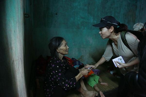 Vớicụ bà này, Thu Minh không phải làngôi sao nổi tiếng, thay vào đó, cô chính là một cô tiên giữa đời thường! - Tin sao Viet - Tin tuc sao Viet - Scandal sao Viet - Tin tuc cua Sao - Tin cua Sao