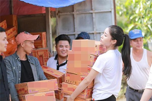 Hiếm ai có thể tin rằng một Hoa hậu Việt Nam 2014 lại sẵn sàng từ bỏ mác liễu yếu đào tơ để xắn tay áo, ôm nhiều thùng mì như những người khác. - Tin sao Viet - Tin tuc sao Viet - Scandal sao Viet - Tin tuc cua Sao - Tin cua Sao