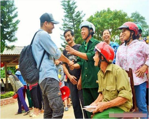 Sự xuất hiện của MC Phan Anh trong những ngày đầu sau lũ đã khiến bà con miền Trung mừng rơi nước mắt. - Tin sao Viet - Tin tuc sao Viet - Scandal sao Viet - Tin tuc cua Sao - Tin cua Sao