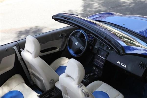 Khoang lái khá chật hẹp được lấy từ một chiếc Volvo C70 Convertible.(Ảnh: internet)
