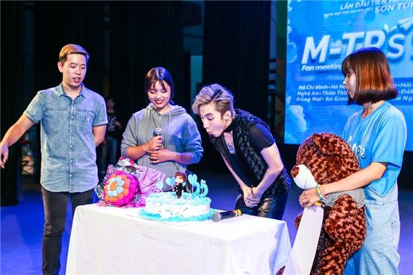 Cuối buổi họp fan, khán giả đã chuẩn bị sẵn chiếc bánh kem to để dành tặng và chúc mừng sinh nhật Sơn Tùng. - Tin sao Viet - Tin tuc sao Viet - Scandal sao Viet - Tin tuc cua Sao - Tin cua Sao