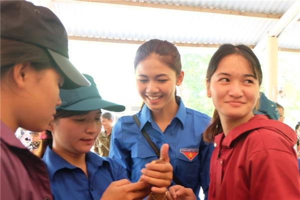 Hai người đẹp của Hoa hậu Việt Nam 2016 vô cùng xúc động khi tiếp cận được với bà con vùng lũ.