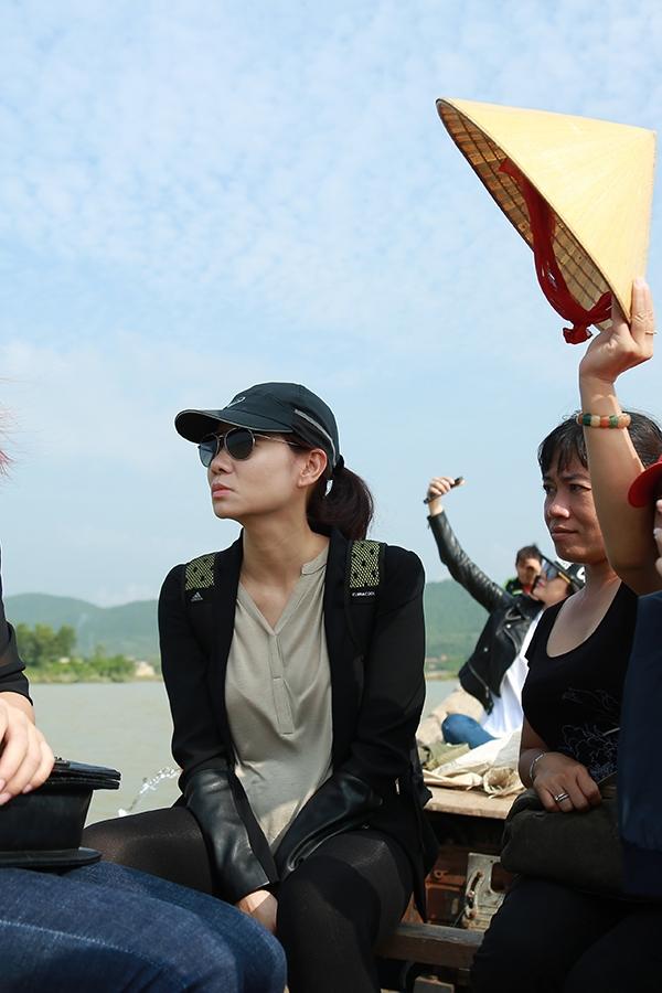 Thương nữ ca sĩ chịu nắng, một người dân đã dùng nón che mát cho Thu Minh khiến cô vô cùng cảm động. - Tin sao Viet - Tin tuc sao Viet - Scandal sao Viet - Tin tuc cua Sao - Tin cua Sao