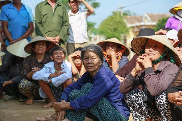 Theo đó, mỗi người dân nhận một phần quà và tiền mặt là 700.000 đồng. Số tiền này trích từ nguồn quỹ 700 triệu đồng thu được trong đêm nhạc Hướng Về Miền Trung. - Tin sao Viet - Tin tuc sao Viet - Scandal sao Viet - Tin tuc cua Sao - Tin cua Sao