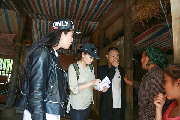 Thu Minh rơi nước mắt khi đi tặng quà cho bà con vùng rốn lũ - Tin sao Viet - Tin tuc sao Viet - Scandal sao Viet - Tin tuc cua Sao - Tin cua Sao