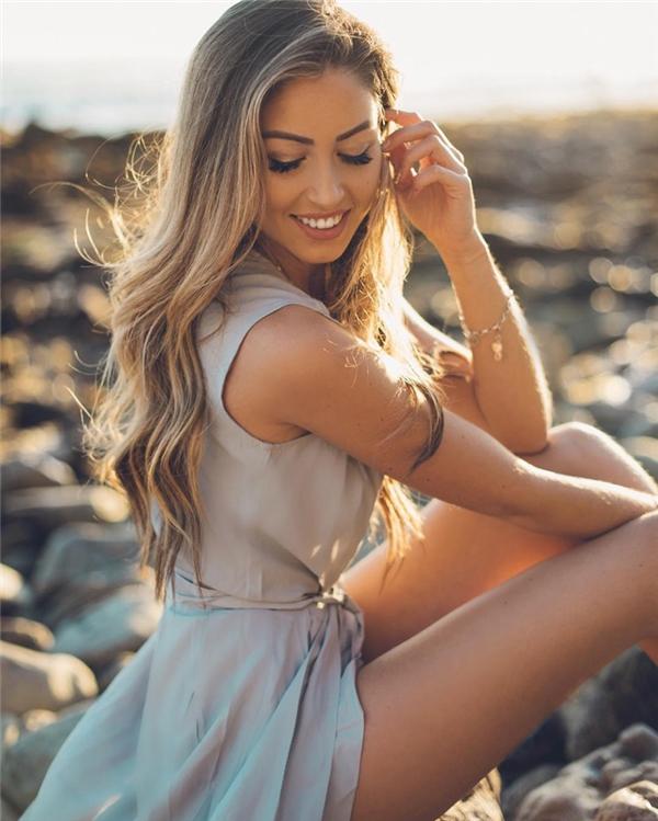 Caroline (25 tuổi) là người Đức, có niềm đam mê bất tận với thời trang và sắc đẹp, luôn định hình phong cách theo hướng nữ tính và quyến rũ.