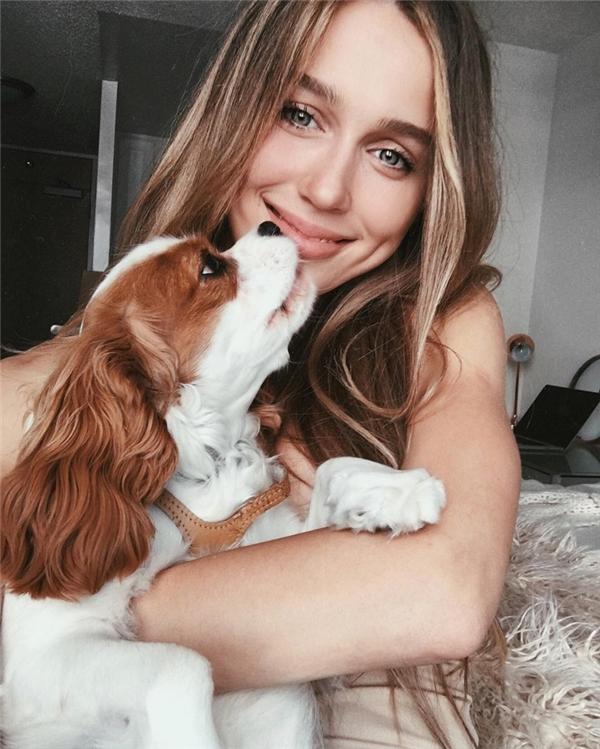 Mary Leest (18 tuổi) được sinh ra tại Nga nhưng hiện đang sinh sống và làm việc tại Los Angeles, California, nước Mỹ.