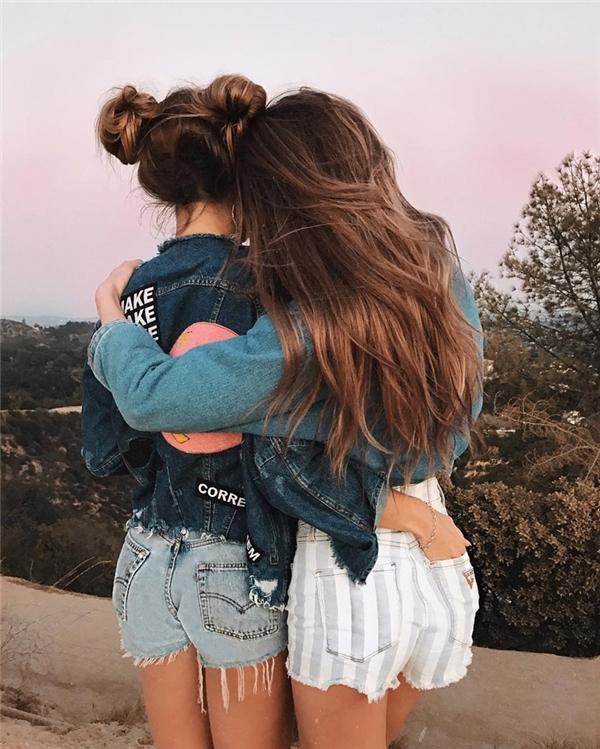 Đôi lúc người ta có cảm giác họ là một cặp chị em sinh đôi thì đúng hơn là hai cô bạn thân.