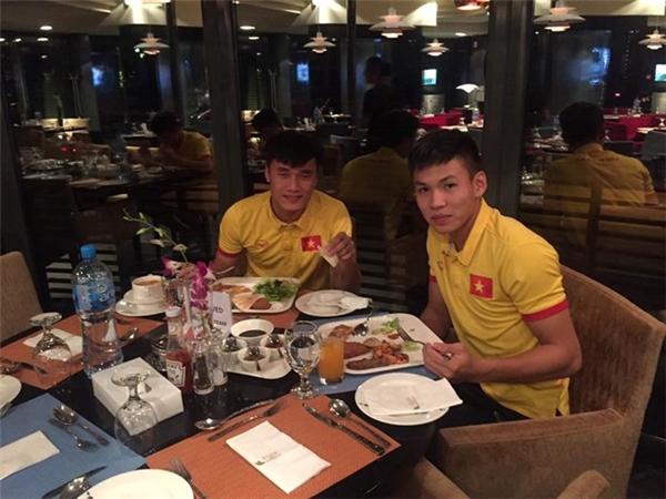 Tuyển Việt Nam ăn mừng sau trận đấu.