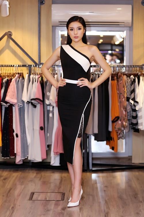 Kỳ Duyên nền nã, thanh lịch khi đến chúc mừng người chị ra mắt cửa hàng thời trang mới tại thủ đô Hà Nội. Hoa hậu Việt Nam 2014 khoe khéo vai thon, chân dài trong thiết kế chéo vai, xẻ tà. Bộ trang phục được nhất nhá bởi những đường diềm màu trắng tương phản sắc đen.