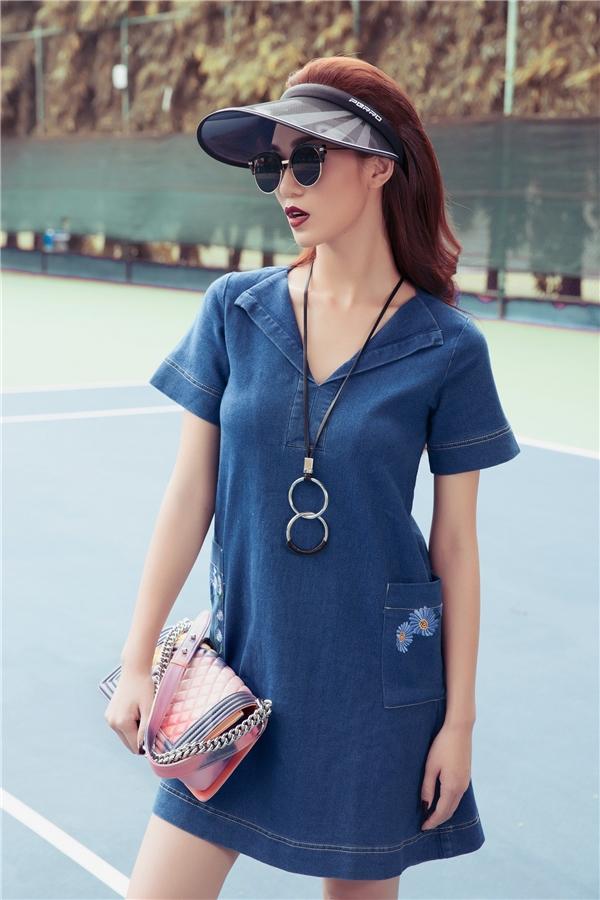 Denim vốn được nghĩ đến trong hình ảnh bụi bặm nay đã trở nên mới lạ hơn với những kiểu dáng hiện đại, nữ tính. Đi kèm trang phục của Khánh My là những chiếc túi hàng hiệu đắt đỏ của Chanel.