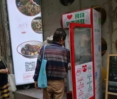 Chiếc tủ lạnh miễn phí trên đường phố Thượng Hải. (Ảnh: internet)