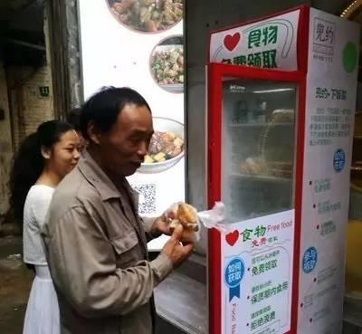 Những chiếc tủ lạnh này được đặt ngay cạnh cửa của các khách sạn, nhà hàng và cửa hàng tiện lợi. (Ảnh: internet)