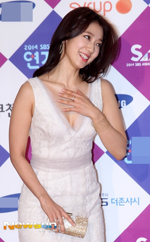 """Theo đuổi hình tượng """"ngọc nữ"""" thuần khiết nên ít ai biết Park Shin Hye sở hữu thân hình vô cùng nóng bỏng, gợi cảm."""