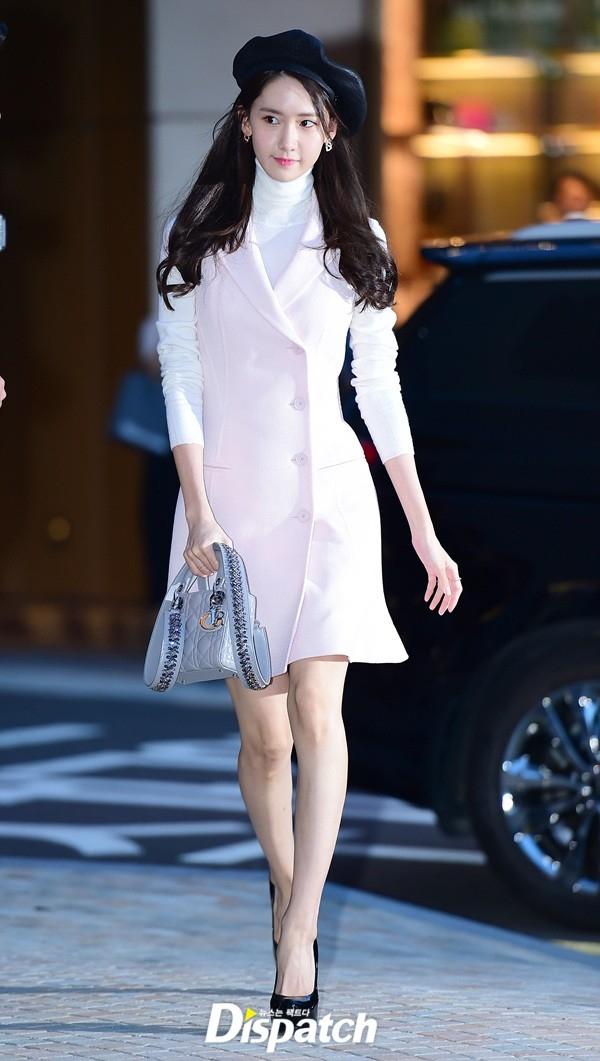 """Sở hữu nhan sắc nhẹ nhàng, hiền dịu nên từ trước đến nay, Yoona thường xuyên diện thời trang kiểu """"công chúa"""" hoặc """"bánh bèo"""". Rất hiếm khi fan hâm mộ thấy người đẹp mặc trang phục thiếu vải lố lăng hay hở bạo tại các sự kiện."""