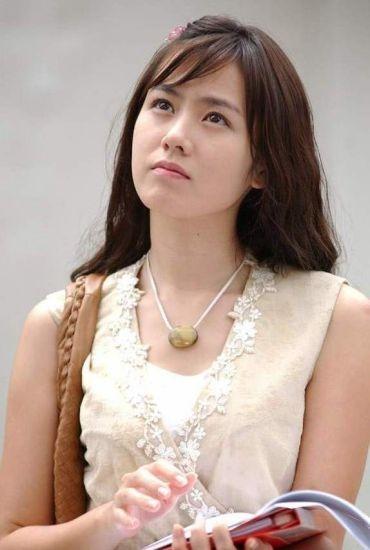 """Được khán giả biết đến nhờloạt vai diễn thuần khiết, thánh thiện quacác bộ phim truyền hình đình đám như Hương mùa hè, Cổ điển,... Son Ye Jin cũng là một trong những sao nữ theo đuổi hình tượng dễ thương, """"kẹo ngọt"""" nổi tiếng của làng điện ảnh xứ Hàn."""