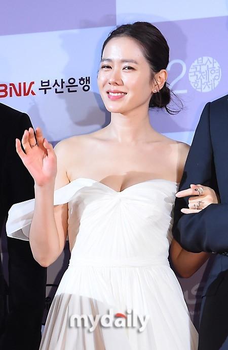 Người đẹp thường xuyên diện váy cúp ngực, khoe vòng một nóng bỏng mỗi khi xuất hiện tại các sự kiện.