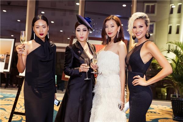 """Bên cạnh tài năng MC, ngay khi vừa xuất hiện, Phương Mainhanh chóng """"hút hồn"""" đông đảo khách mời với bộ trang phục gợi cảm."""
