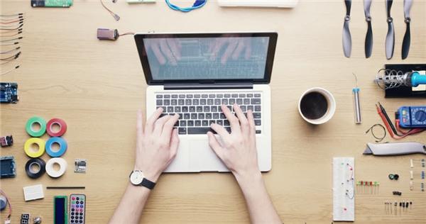 Lượng vi khuẩn trên bàn làm việc còn nhiều hơn trên chiếc bồn cầu gấp 400 lần. (Ảnh: Internet)