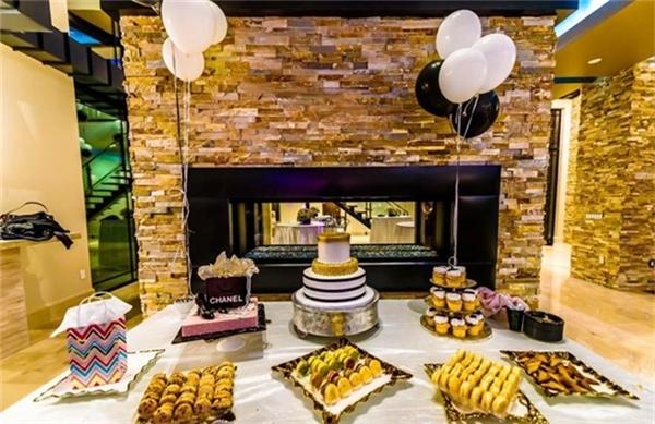 Đan Trường đãmời nhiềubạn bè thân thiết đến chiêm ngưỡng và dùng tiệc tại căn biệt thự mới trong dịpanh tổ chức sinh nhật lần thứ 32 cho bà xã Thủy Tiênhôm 23/10 vừa qua. - Tin sao Viet - Tin tuc sao Viet - Scandal sao Viet - Tin tuc cua Sao - Tin cua Sao