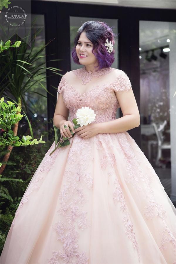 Những chi tiết như đắp hoa xuyên suốt thân váy, phối cùng ren sheer sẽ vừa giúp các cô dâu big-size xinh đẹp như công chúa mà vẫn che được khuyết điểm bắp tay, bờ vai.