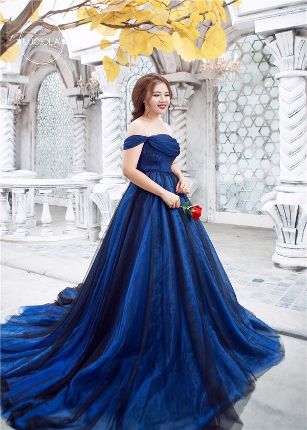 Thậm chí tại Luciola Bridal, những chiếc váy cưới với tone màu đẹp khó tìm như xanh navy phối đen -tone màu tôn dáng cho mọi cô dâu -hay xanh, hồng pastel cũng đều sở hữu size ngoại cỡ.